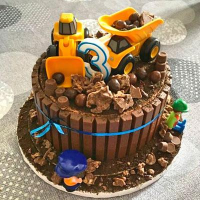 Gâteau de fête d'anniversaire construction